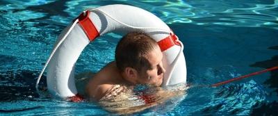 Záchrana hodem kruhu na kurzu plavčíka