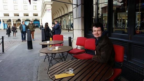 Tomáš v kavárně