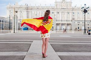 dívka s vlajkou na nádvoří