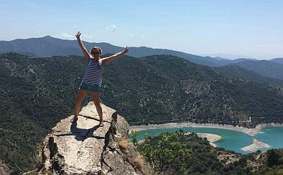 dívka na skále v pozadí jezero a hory