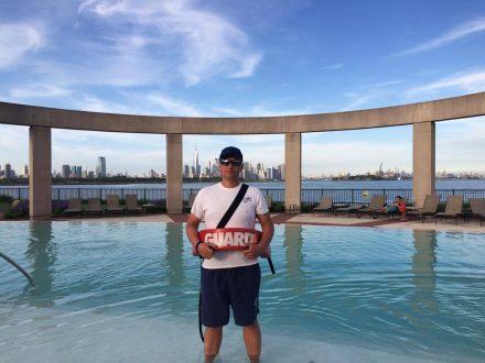 Jaroslav jako plavčík u bazénu