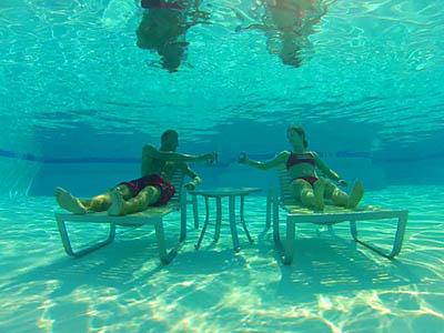 Dva studenti na WaT v bazénu