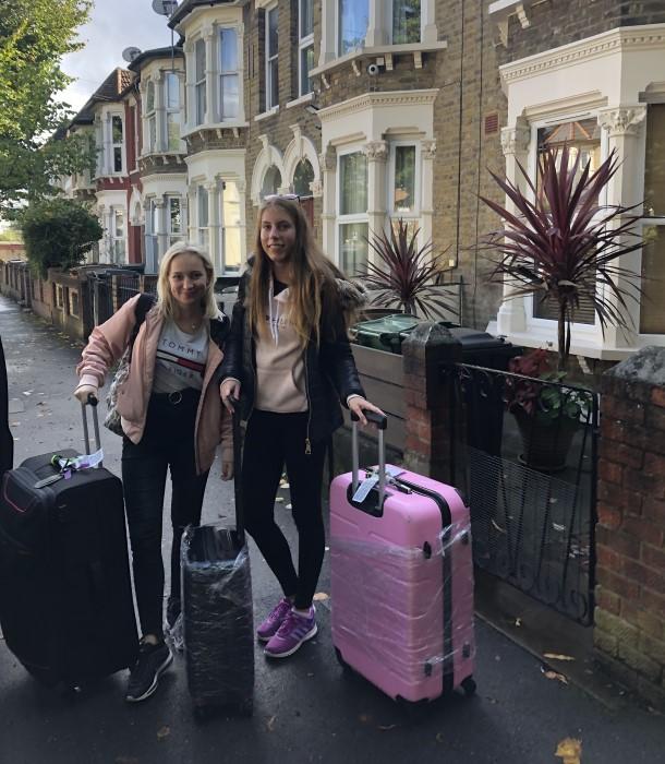 Tereza s kamarádkou, akorát přicestovali do Londýna