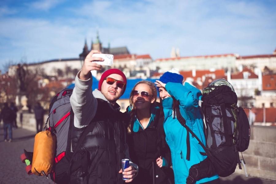 Tři mladí lidé pořizují selfie