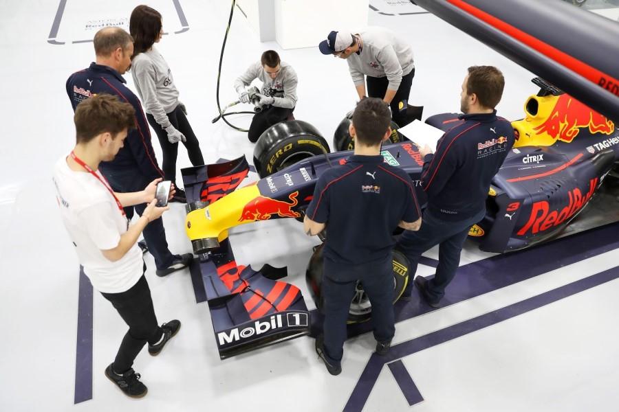 Redbull Team přezouvá gumy u formule