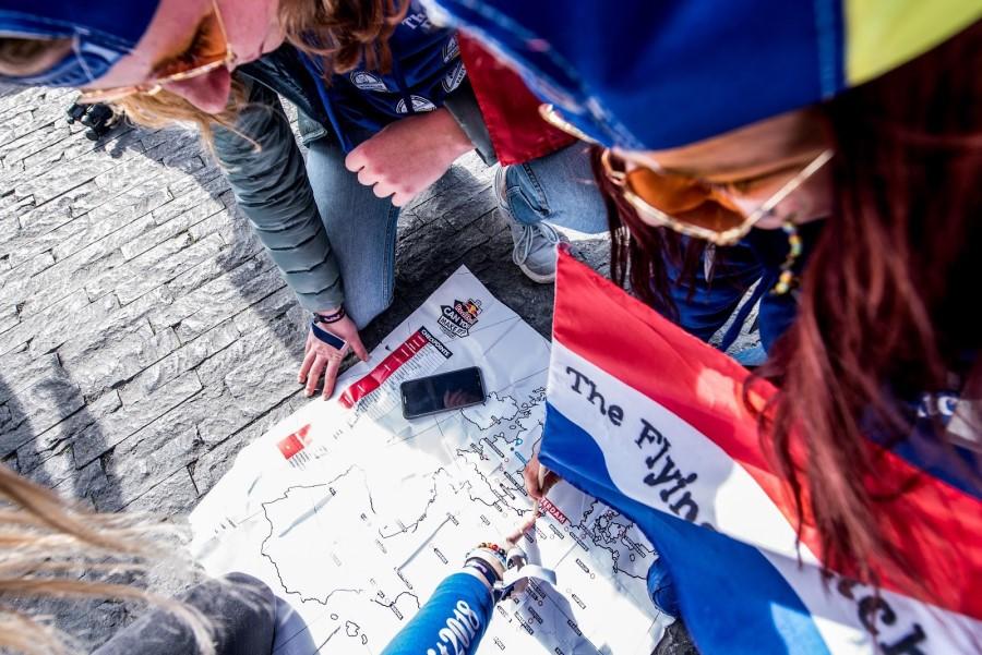 Dívka s klukem koukají do mapy města