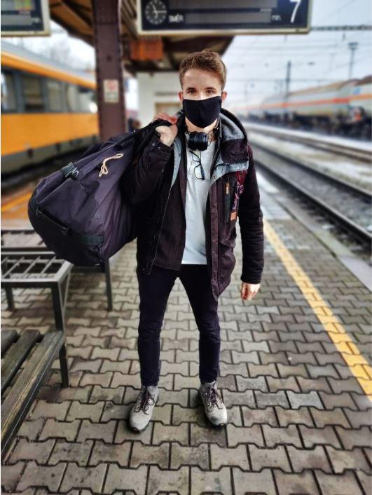 kluk v roušce na nádraží