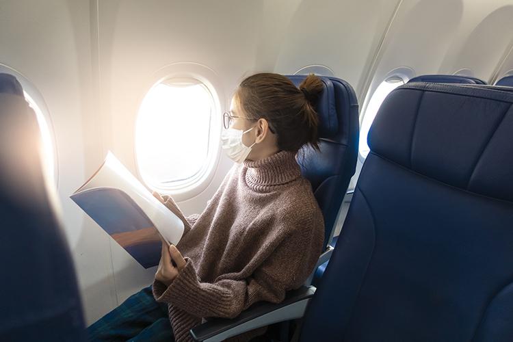 slecna v letadle v rousce