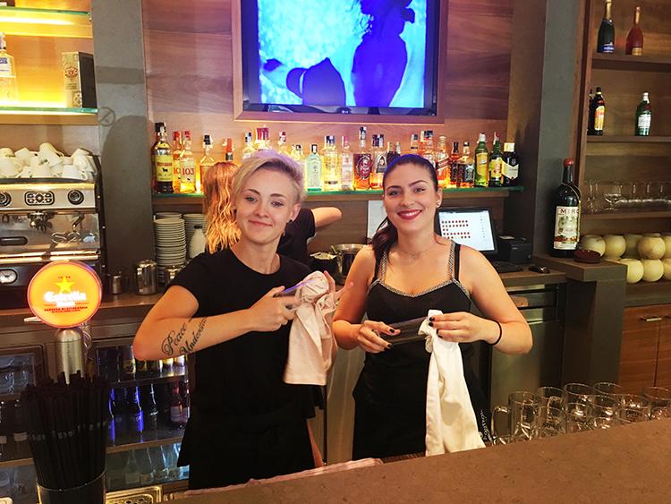 práce za barem ve španělsku v hotelu