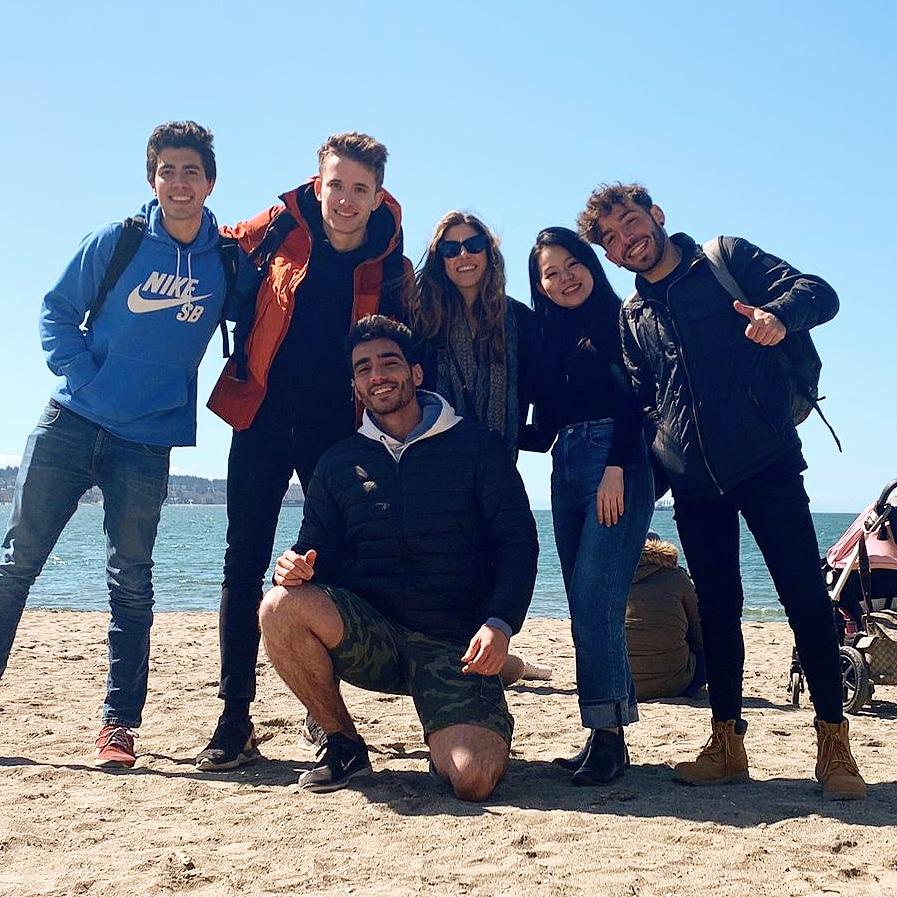 Spolužáci na pláži ve Vancouveru
